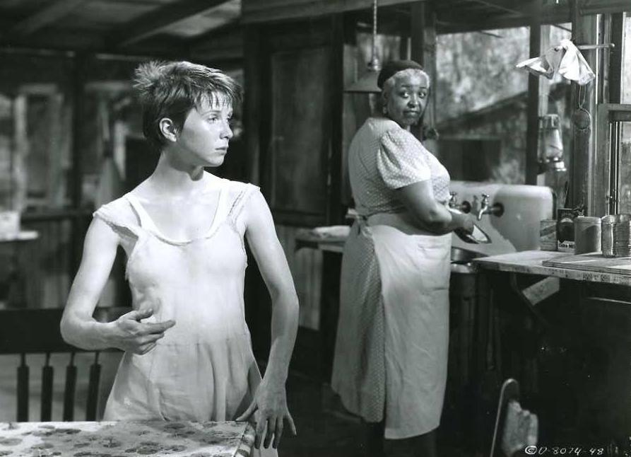 «Не входила в жодне товариство, узагалі ні в що не була залучена». Джулі Гаріс у ролі Френкі Адамс та Етель Вотерз у ролі Берніс у фільмі Фреда Цинемана «Учасниця весілля» (1953)